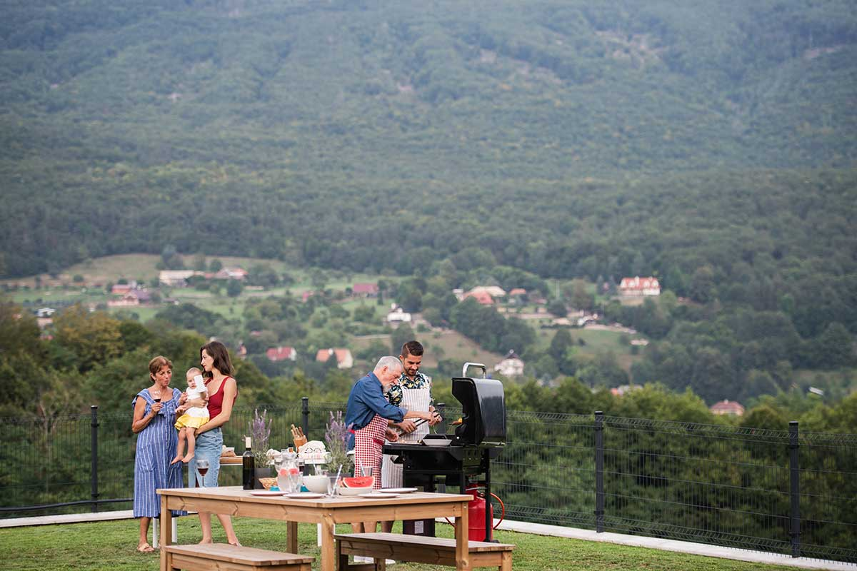 multigeneration-family-with-wine-outdoors-on-garde-X45UZJ9